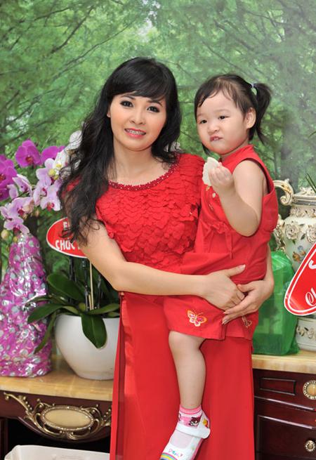Ca sĩ Trang Nhung: Cuộc sống xa hoa và tấm lòng từ thiện 4
