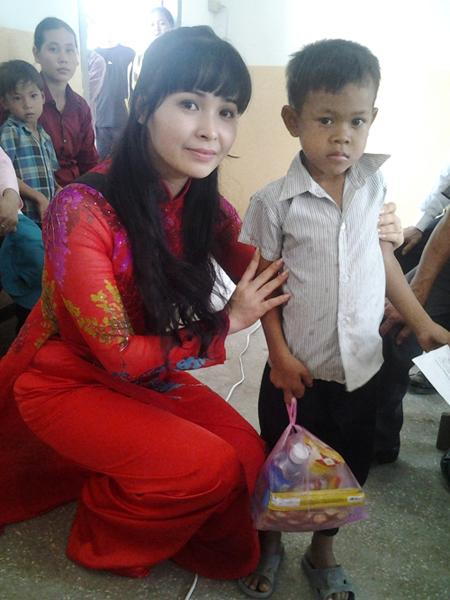 Ca sĩ Trang Nhung: Cuộc sống xa hoa và tấm lòng từ thiện 5