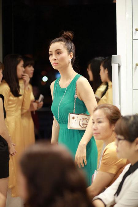 Vẻ xinh đẹp, quý phái của chị gái Mai Thu Huyền  1