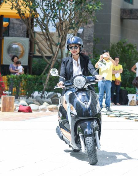 Thu nhập khủng, siêu mẫu Thanh Hằng vẫn thích đi xe máy 2