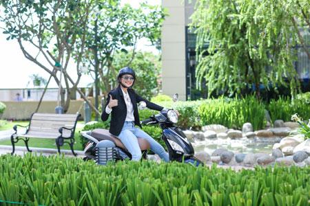 Thu nhập khủng, siêu mẫu Thanh Hằng vẫn thích đi xe máy 3