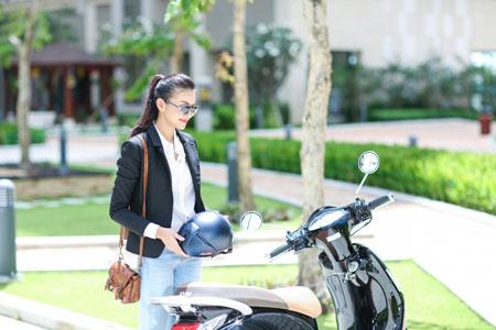 Thu nhập khủng, siêu mẫu Thanh Hằng vẫn thích đi xe máy 4