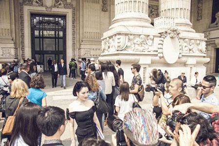 Lý Nhã Kỳ lấn át diễn viên Châu Tấn ở show thời trang Chanel 2