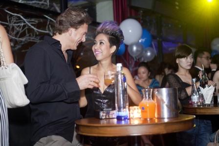 Thảo Trang thân mật cùng bạn trai Tây trong quán bar 1