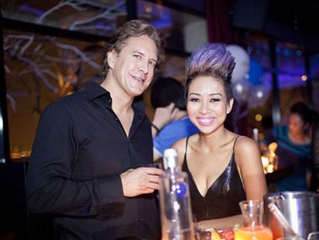 Thảo Trang thân mật cùng bạn trai Tây trong quán bar 4