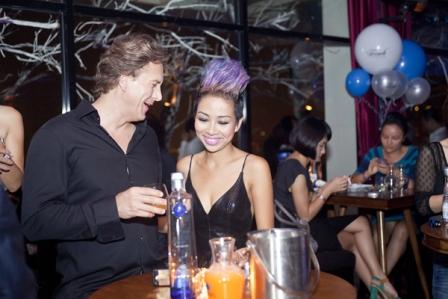 Thảo Trang thân mật cùng bạn trai Tây trong quán bar 2