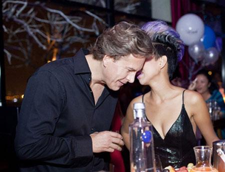 Thảo Trang thân mật cùng bạn trai Tây trong quán bar 3