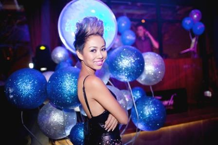 Thảo Trang thân mật cùng bạn trai Tây trong quán bar 5