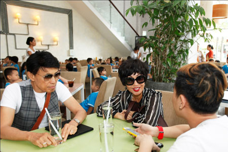 Ca sĩ hải ngoại Tuấn Ngọc lộ vẻ già nua bên em gái Khánh Hà 5