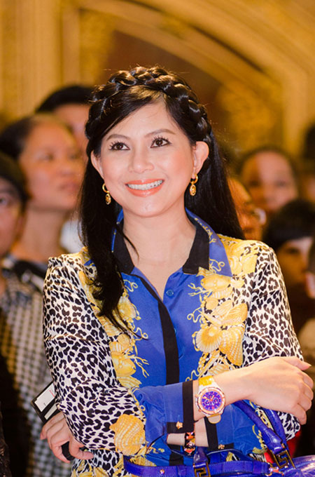 Bố mẹ chồng Hà Tăng sánh đôi xuất hiện ở Hà Nội 1