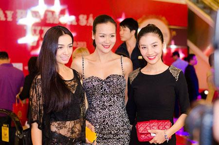 Bố mẹ chồng Hà Tăng sánh đôi xuất hiện ở Hà Nội 9
