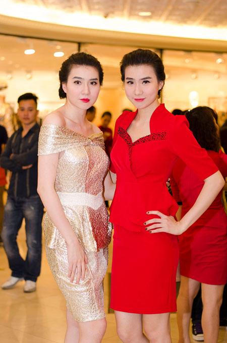 Bố mẹ chồng Hà Tăng sánh đôi xuất hiện ở Hà Nội 11