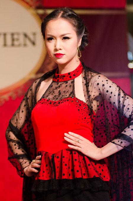 Bố mẹ chồng Hà Tăng sánh đôi xuất hiện ở Hà Nội 12