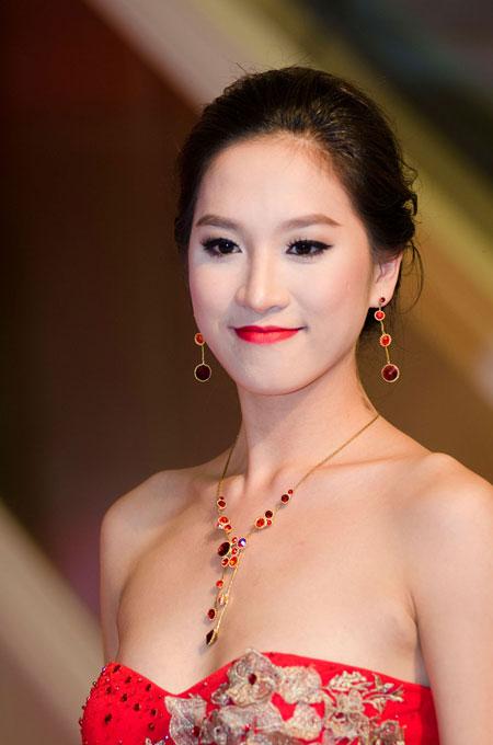 Bố mẹ chồng Hà Tăng sánh đôi xuất hiện ở Hà Nội 13