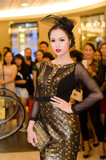 Bố mẹ chồng Hà Tăng sánh đôi xuất hiện ở Hà Nội 14