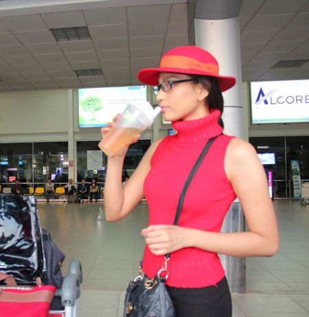 Trương Thị May đỏ rực ở sân bay Tân Sơn Nhất 3