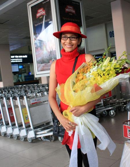 Trương Thị May đỏ rực ở sân bay Tân Sơn Nhất 2