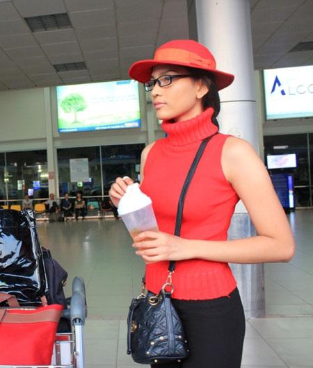 Trương Thị May đỏ rực ở sân bay Tân Sơn Nhất 4