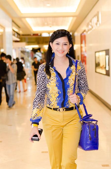 Bố mẹ chồng Hà Tăng sánh đôi xuất hiện ở Hà Nội 3
