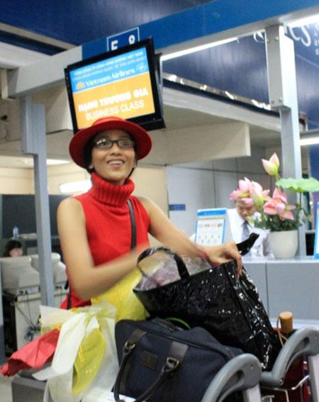 Trương Thị May đỏ rực ở sân bay Tân Sơn Nhất 5
