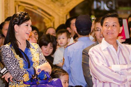 Bố mẹ chồng Hà Tăng sánh đôi xuất hiện ở Hà Nội 4