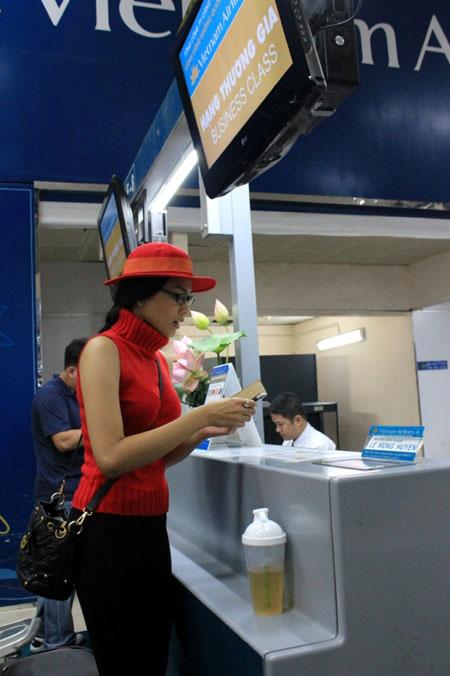 Trương Thị May đỏ rực ở sân bay Tân Sơn Nhất 6