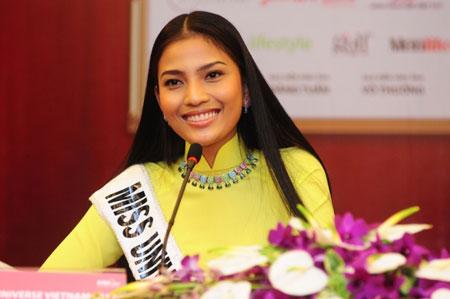 Trương Thị May kém sắc trước vẻ đẹp rực rỡ của hoa hậu Diễm Hương 5
