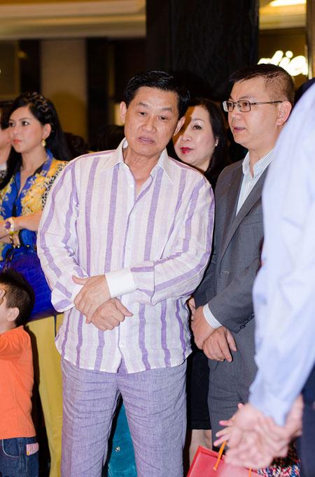 Bố mẹ chồng Hà Tăng sánh đôi xuất hiện ở Hà Nội 5