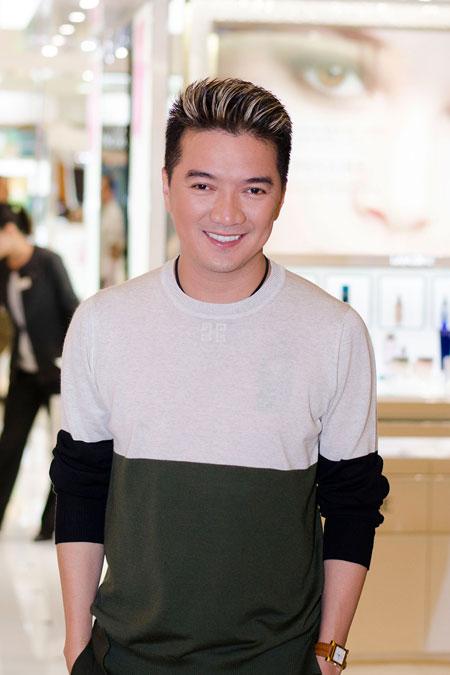 Bố mẹ chồng Hà Tăng sánh đôi xuất hiện ở Hà Nội 6