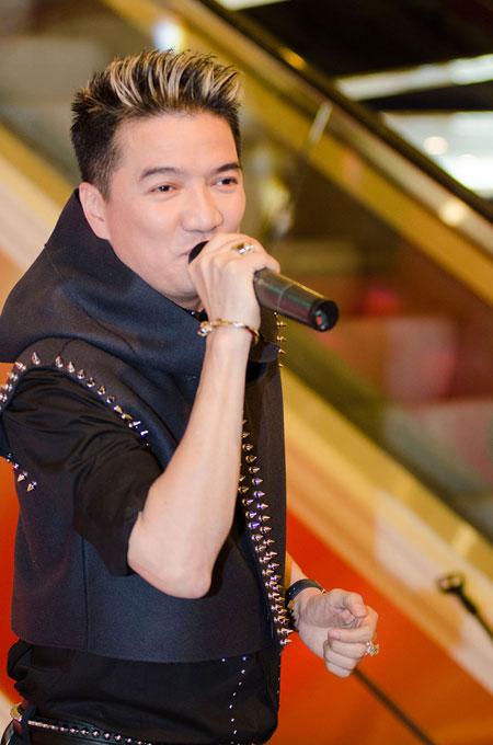 Bố mẹ chồng Hà Tăng sánh đôi xuất hiện ở Hà Nội 7