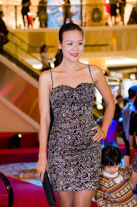 Bố mẹ chồng Hà Tăng sánh đôi xuất hiện ở Hà Nội 8