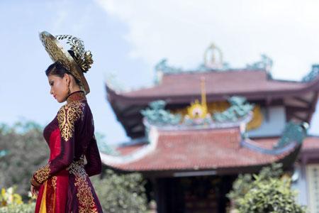 Trương Thị May dịu dàng trong bộ quốc phục ở Hoa hậu Hoàn vũ 3