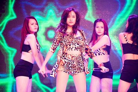 Hoàng Thùy Linh sexy trên sân khấu thời trang  7