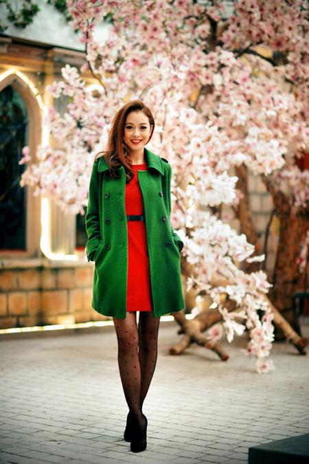 Jennifer Phạm rạng rỡ dạo phố mùa đông  1