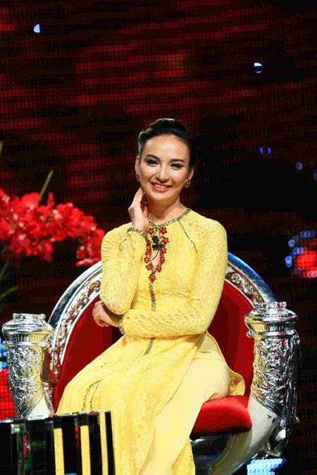 Trương Ngọc Ánh xinh đẹp với áo yếm khăn đóng 10