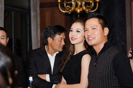 Jennifer Phạm rạng rỡ bên chồng ở Hà Nội 10