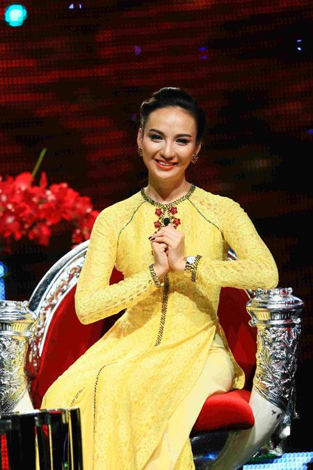 Trương Ngọc Ánh xinh đẹp với áo yếm khăn đóng 11
