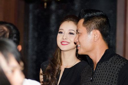 Jennifer Phạm rạng rỡ bên chồng ở Hà Nội 12