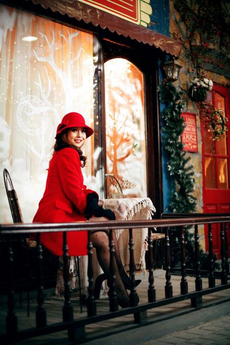 Jennifer Phạm rạng rỡ dạo phố mùa đông  4