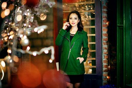 Jennifer Phạm rạng rỡ dạo phố mùa đông  3