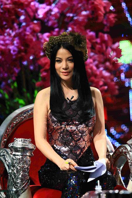 Trương Ngọc Ánh xinh đẹp với áo yếm khăn đóng 8