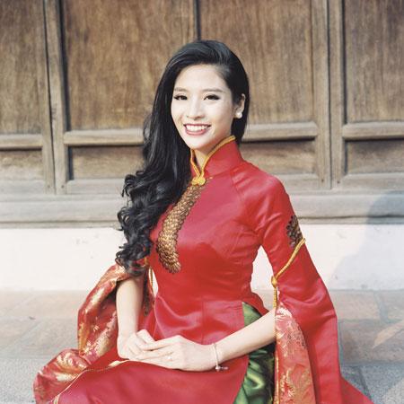 Người mẫu Phan Hoàng Thu du xuân với áo dài tha thướt 1