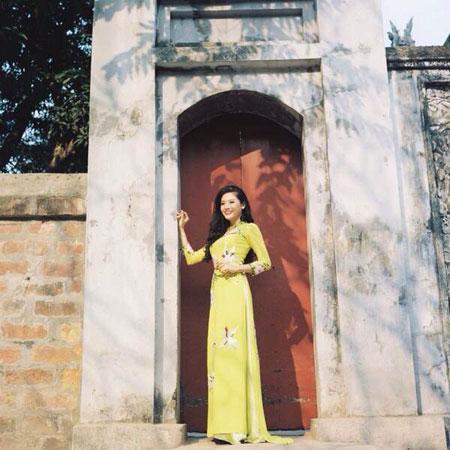 Người mẫu Phan Hoàng Thu du xuân với áo dài tha thướt 10