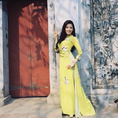 Người mẫu Phan Hoàng Thu du xuân với áo dài tha thướt 11