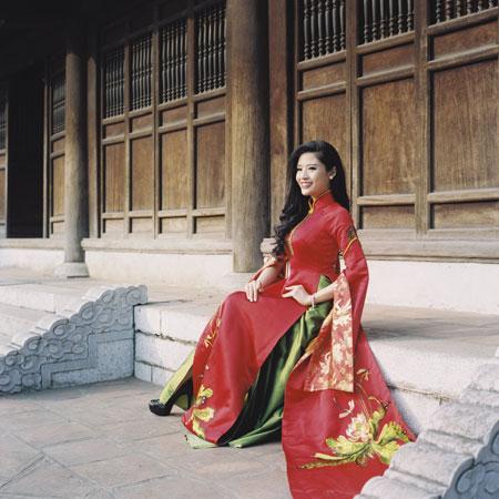 Người mẫu Phan Hoàng Thu du xuân với áo dài tha thướt 2