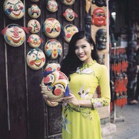 Người mẫu Phan Hoàng Thu du xuân với áo dài tha thướt 3