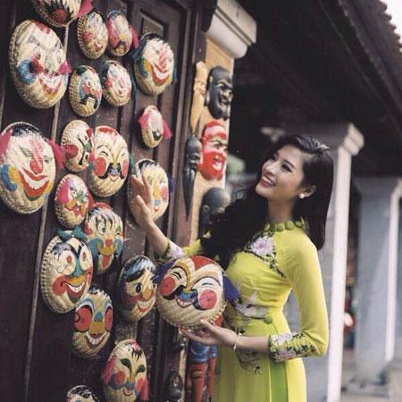 Người mẫu Phan Hoàng Thu du xuân với áo dài tha thướt 4