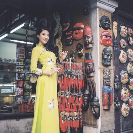 Người mẫu Phan Hoàng Thu du xuân với áo dài tha thướt 5
