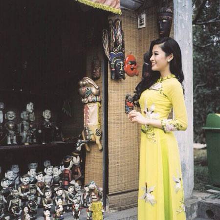 Người mẫu Phan Hoàng Thu du xuân với áo dài tha thướt 6