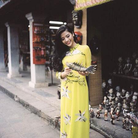 Người mẫu Phan Hoàng Thu du xuân với áo dài tha thướt 7